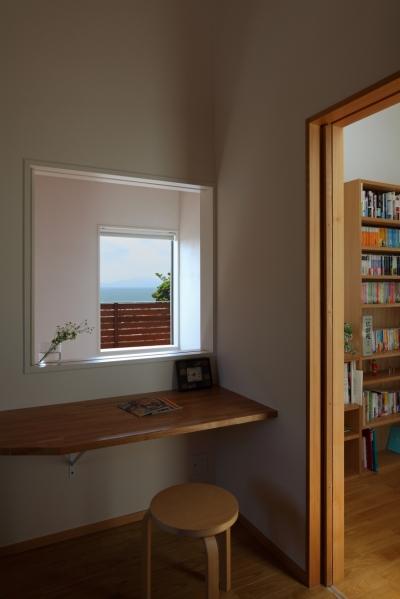 寝室から見る海 (海を見下ろす高台の家)
