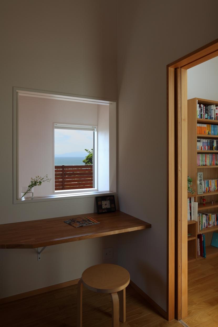 海を見下ろす高台の家 (寝室から見る海)