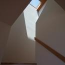 海を見下ろす高台の家の写真 トップライトのある階段