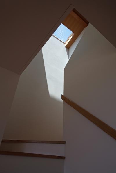 トップライトのある階段 (海を見下ろす高台の家)