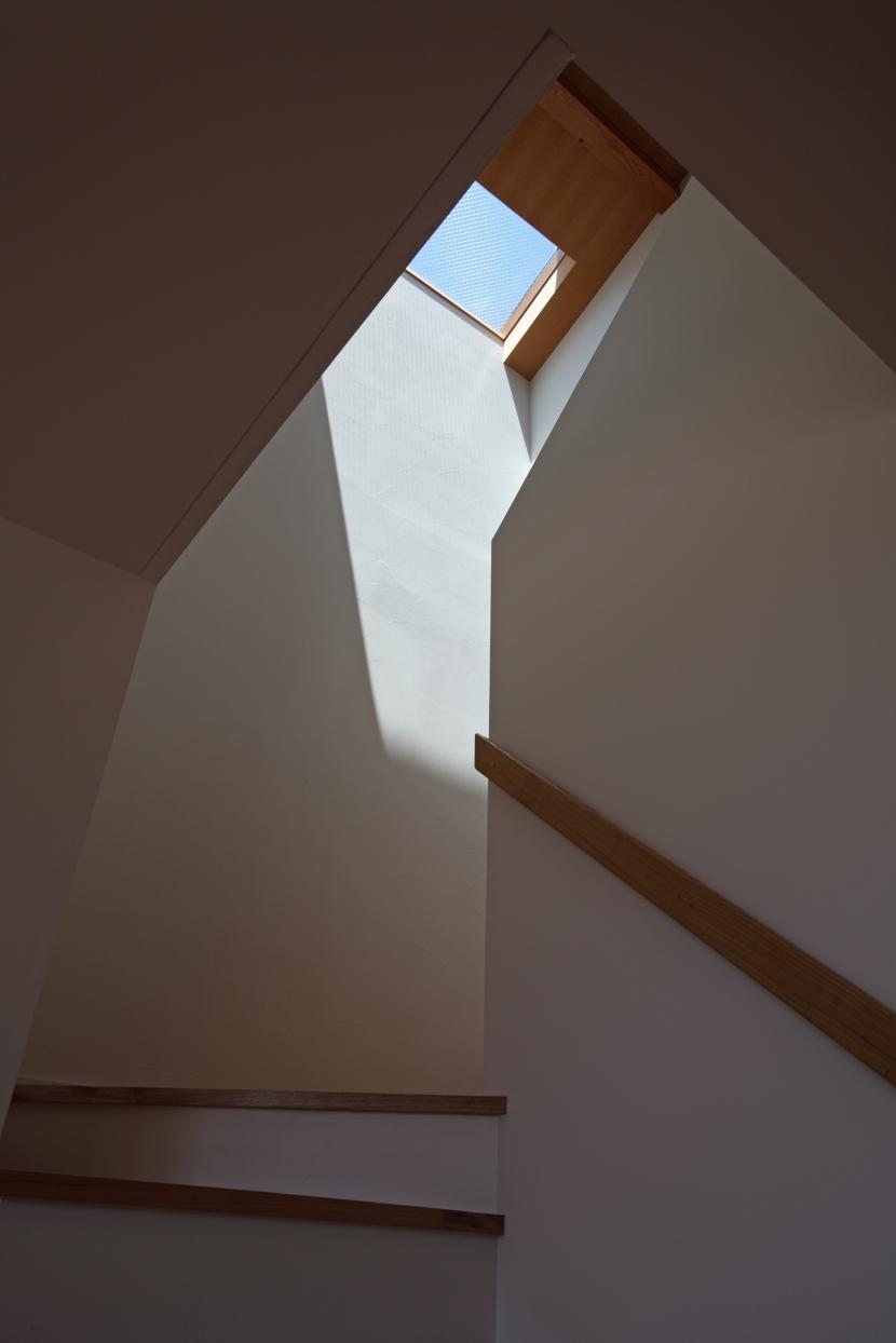 海を見下ろす高台の家 (トップライトのある階段)