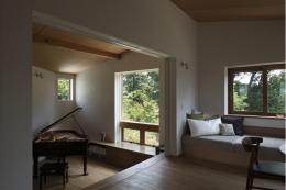 緑陰とピアノの家 (リビングからピアノ室を見る)