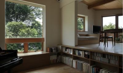 緑陰とピアノの家 (ピアノ室からリビングを見る)