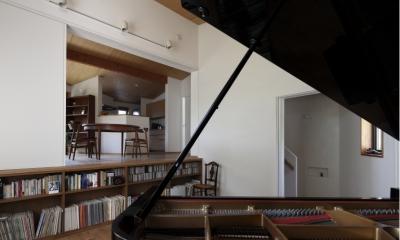 緑陰とピアノの家 (ピアノ室からキッチンを見る)