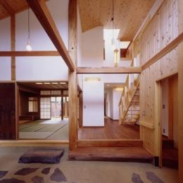 里山の民家-古材再生 (再生利用大黒柱のある玄関ホールより室内側を見る)
