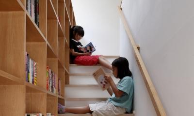眺めの良いルーフテラスの家 (階段脇のライブラリー)