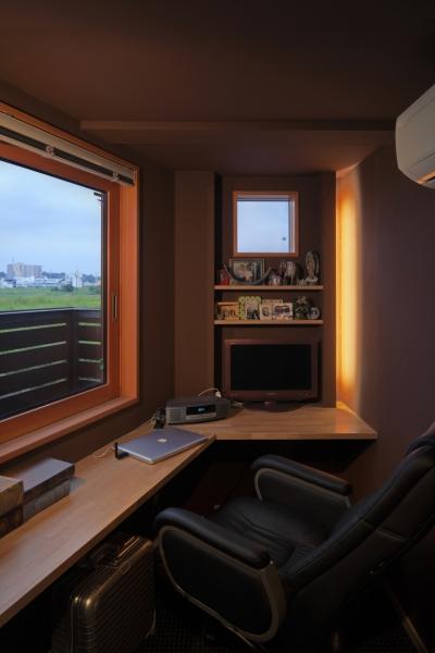 寝室奥の書斎 (眺めの良いルーフテラスの家)