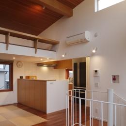 眺めの良いルーフテラスの家 (リビングからキッチンを見る)