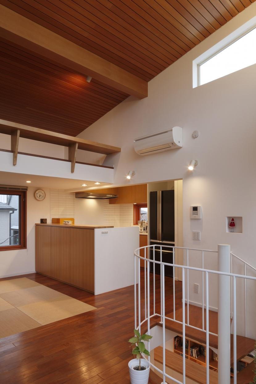 眺めの良いルーフテラスの家の部屋 リビングからキッチンを見る
