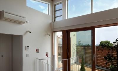 眺めの良いルーフテラスの家 (ルーフテラスへと繋がる)