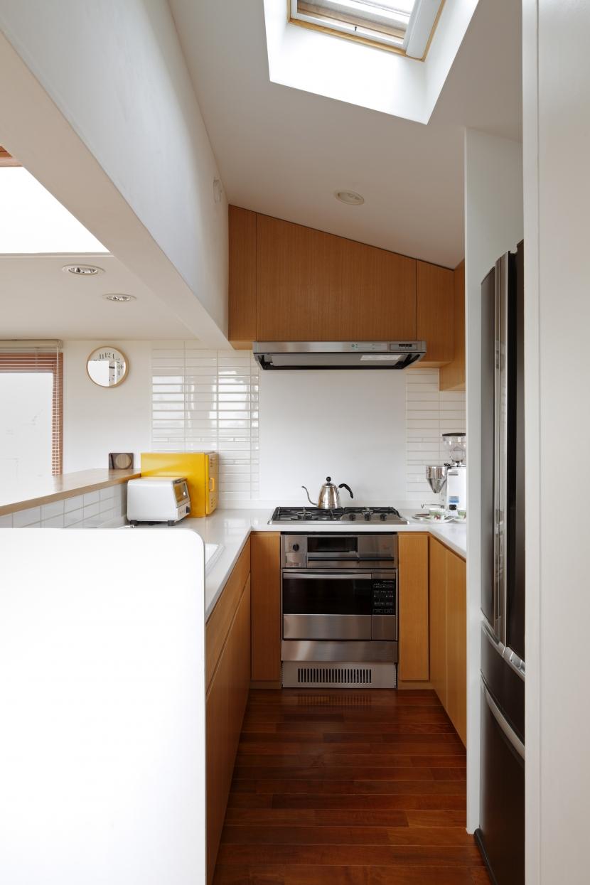 眺めの良いルーフテラスの家の部屋 コンパクトなキッチン