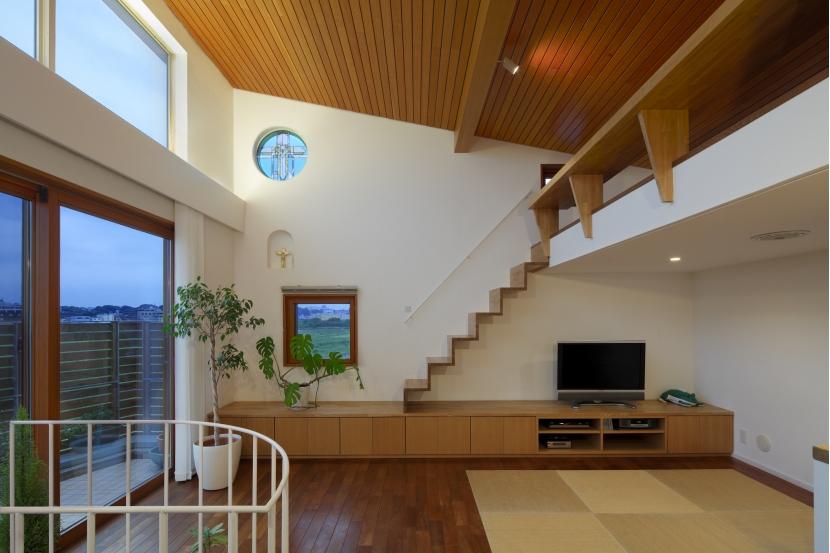 眺めの良いルーフテラスの家の部屋 ロフトのあるリビング