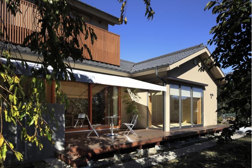 庭へと繋がるデッキテラス (日本家屋のリノベーション)