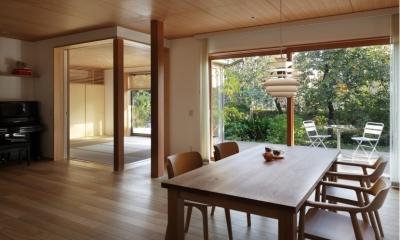 日本家屋のリノベーション (ダイニングから和室を見る)