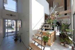 アジアンマーケットハウス (玄関と裏庭を繋ぐ土間空間)