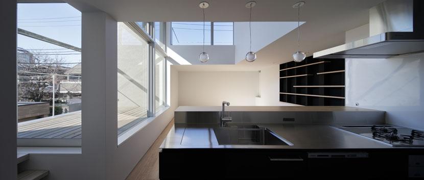 ∩∪ (and or)の部屋 キッチンからテラスとリビングを見渡す