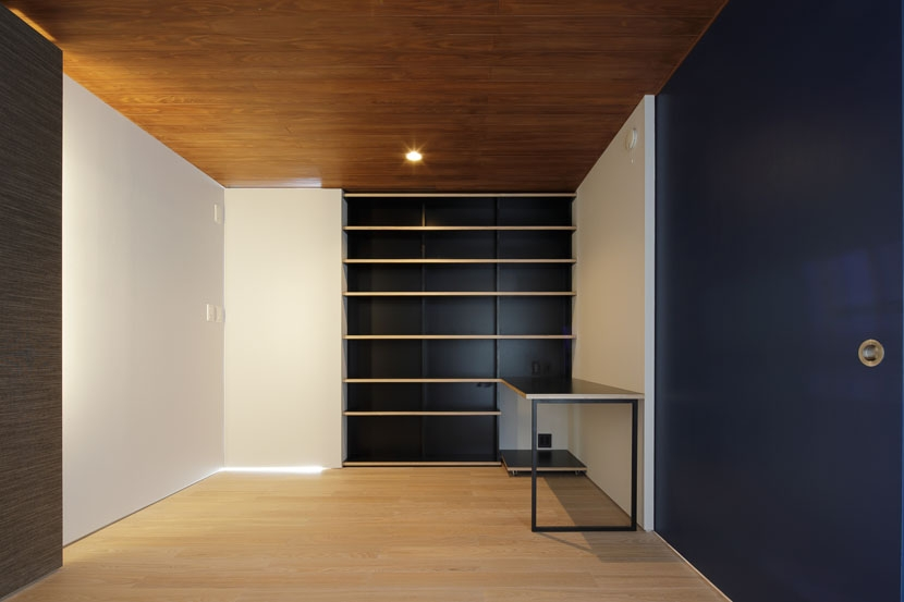 ∩∪ (and or)の部屋 寝室の吹抜に面した建具を閉じたところ