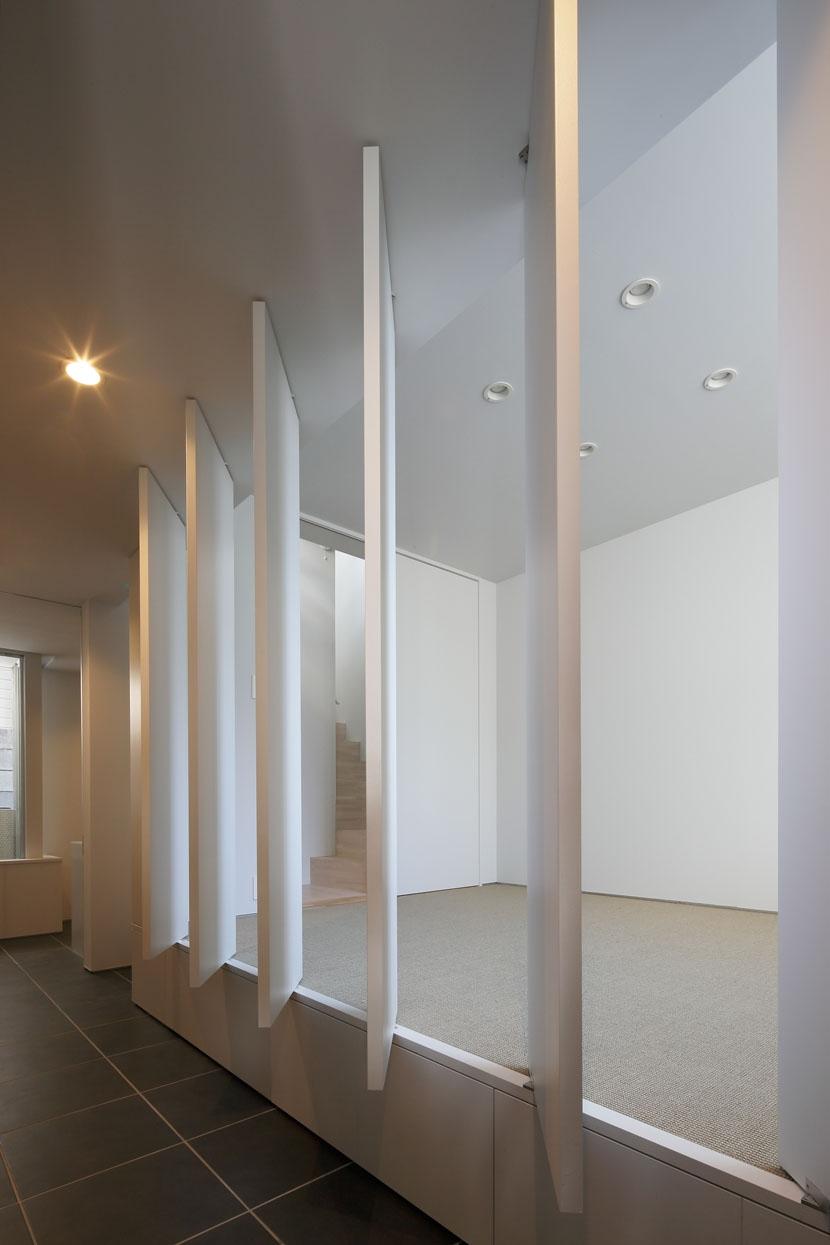 ∩∪ (and or)の部屋 玄関ホールに面した部屋の建具を開いて光を取り入れる