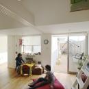市川の家〜森に臨むコートハウス〜の写真 バルコニーに続く子供部屋