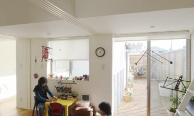 市川の家〜森に臨むコートハウス〜 (バルコニーに続く子供部屋)