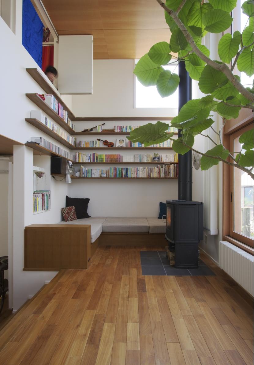 森に臨むコートハウスの写真 ソファコーナー吹き抜け:上は子供部屋