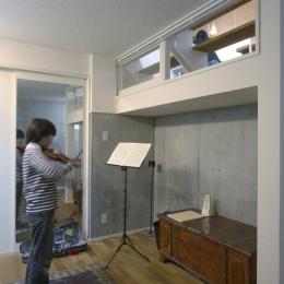 森に臨むコートハウス (地下室:リビングに繋がる窓)