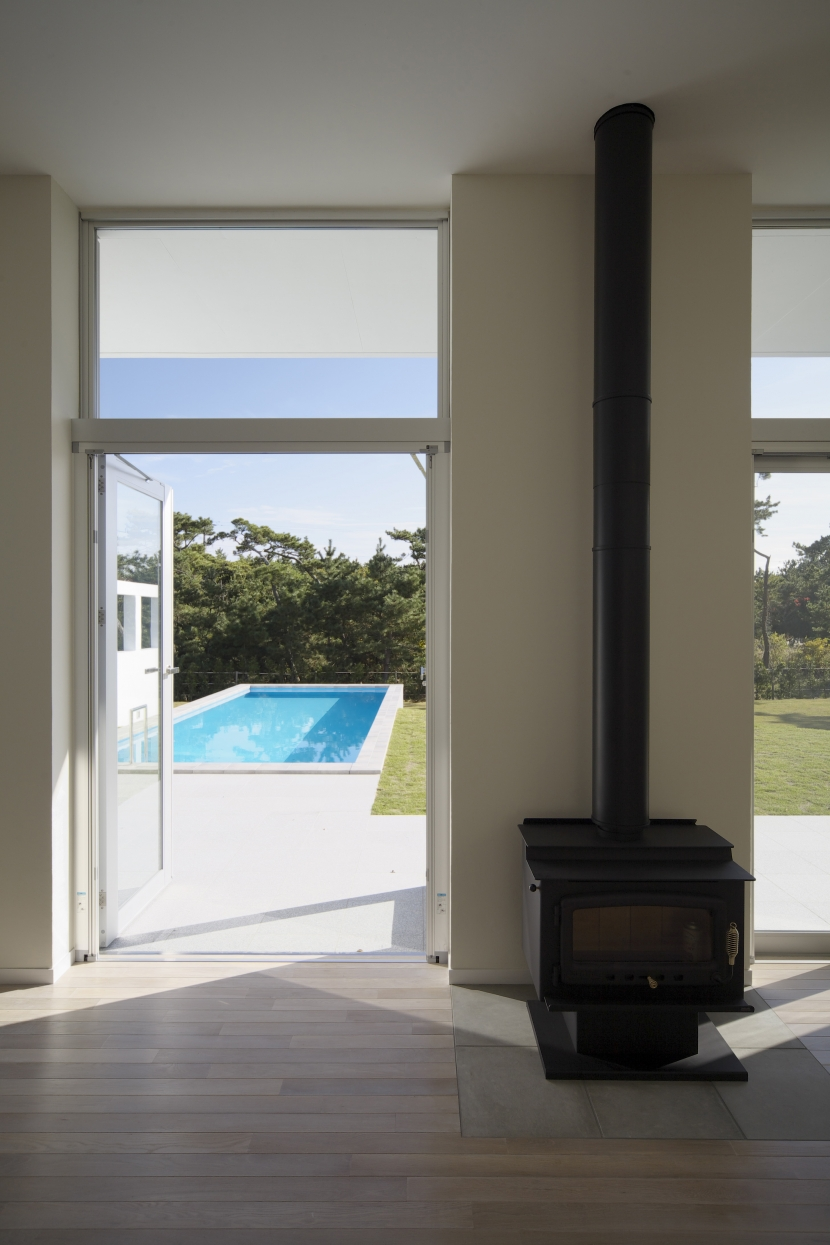 K邸 (週末住宅)の部屋 プールと薪ストーブ