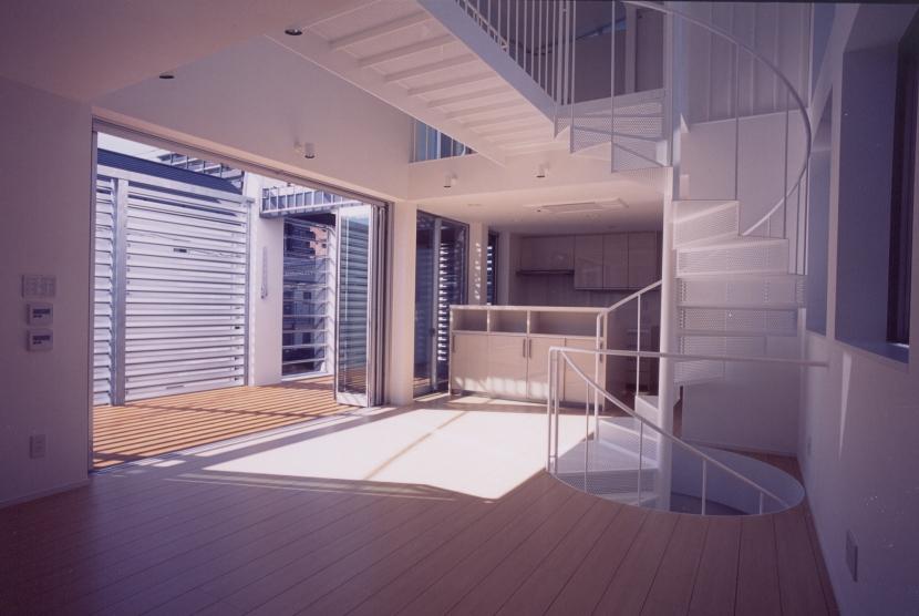 A邸 (専用住宅)の写真 リビングダイニングとバルコニー