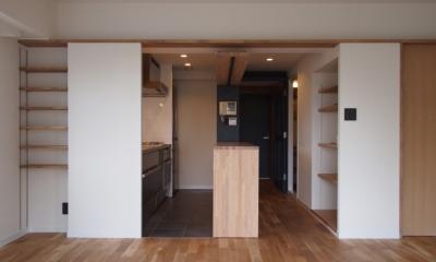居間からキッチンを見る|見せる収納にこだわり~下馬の家