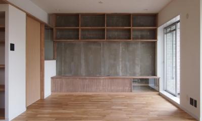 居間の既存モルタル壁|見せる収納にこだわり~下馬の家