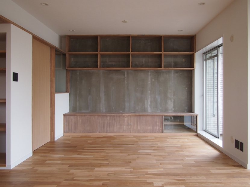 見せる収納にこだわり~下馬の家の部屋 居間の既存モルタル壁