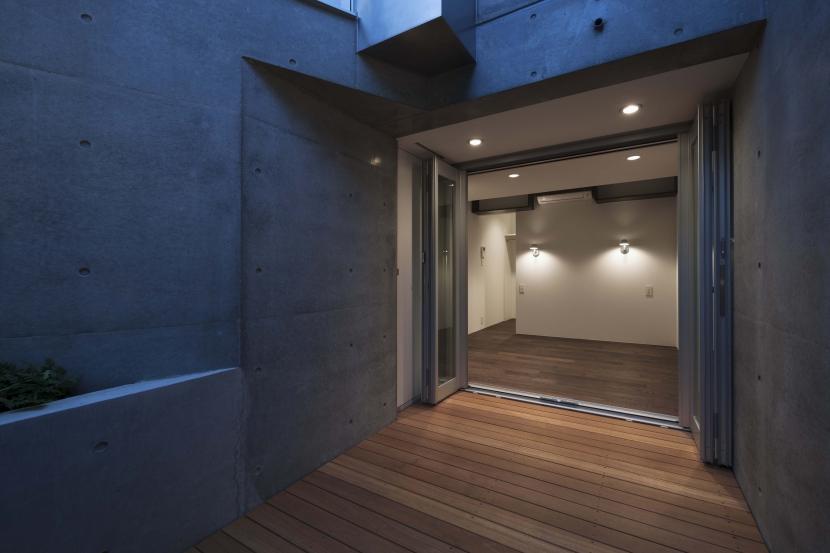 cavernaの部屋 ドライエリアに面して全面開口のある寝室