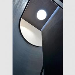 品川の家 (階段上部のまるい天窓から光が落ちてくる。)