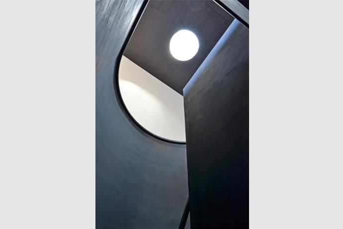 品川の家の部屋 階段上部のまるい天窓から光が落ちてくる。