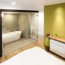 繋がりのあるベッドルームとバスルーム