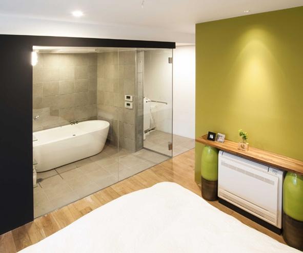 S邸@中目黒の写真 繋がりのあるベッドルームとバスルーム