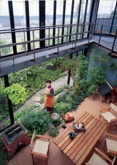 雨が降っても家の中でバーベキュー!  アウトドアライフを楽しむ明るい土間の家 (インナーテラス)