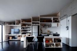 勾配天井の家 (壁面全面造作家具キッチン)