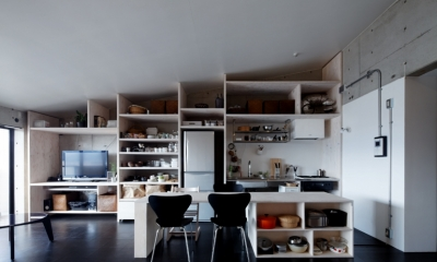 勾配天井の家 -いえづくりワークショップとDIY施工の参加型リノベ- (壁面全面造作家具キッチン)