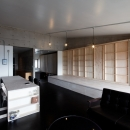 勾配天井の家 -いえづくりワークショップとDIY施工の参加型リノベ-の写真 リビング ノビルーム(収納状態)