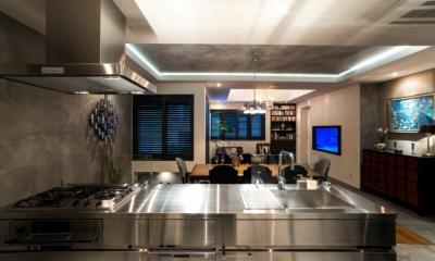 ヨーロピアンとオリエンタル、モダンが融合した、高級感あるラウンジのような空間 (キッチン)