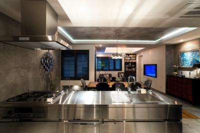 キッチン (ヨーロピアンとオリエンタル、モダンが融合した、高級感あるラウンジのような空間)