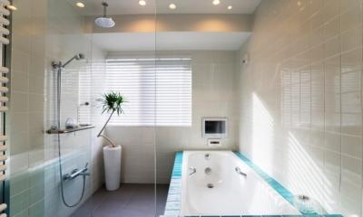 ヨーロピアンとオリエンタル、モダンが融合した、高級感あるラウンジのような空間 (バスルーム)