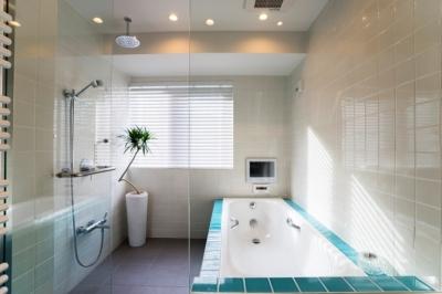 バスルーム (ヨーロピアンとオリエンタル、モダンが融合した、高級感あるラウンジのような空間)