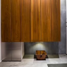 ヨーロピアンとオリエンタル、モダンが融合した、高級感あるラウンジのような空間 (玄関)