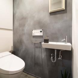 ヨーロピアンとオリエンタル、モダンが融合した、高級感あるラウンジのような空間 (トイレ)