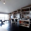 勾配天井の家 -いえづくりワークショップとDIY施工の参加型リノベ-の写真 リビングの眺め