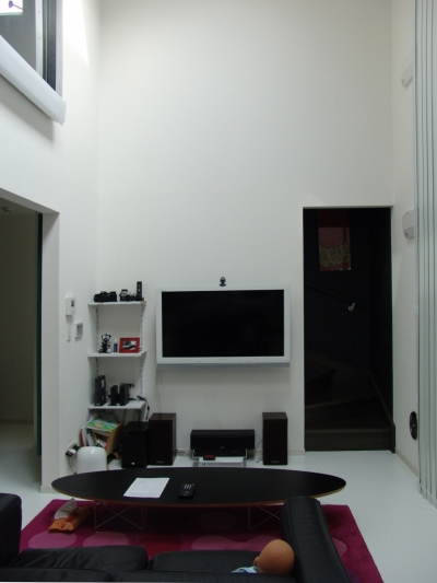 二つの庭と三つのリビング -34畳の広々地下室の家- (トップライトのあるリビング)
