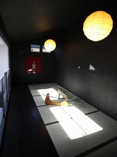 タタミルーム (二つの庭と三つのリビング -34畳の広々地下室の家-)