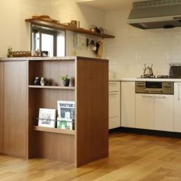 H邸・家族の笑顔にあふれる快適な住まいの写真 キッチン間仕切り棚